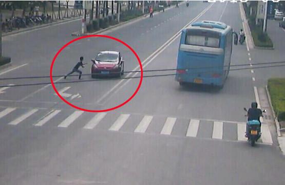 防城港一碰瓷男子迎车而上假装被撞