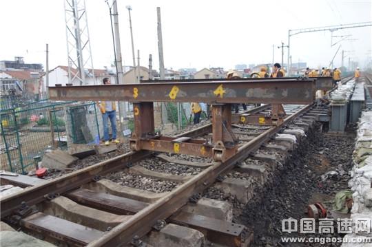 科技就是生产力,中铁十一局集团二公司连盐铁路顶进涵便梁架设