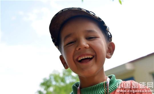 柯尔克孜族孩子笑了