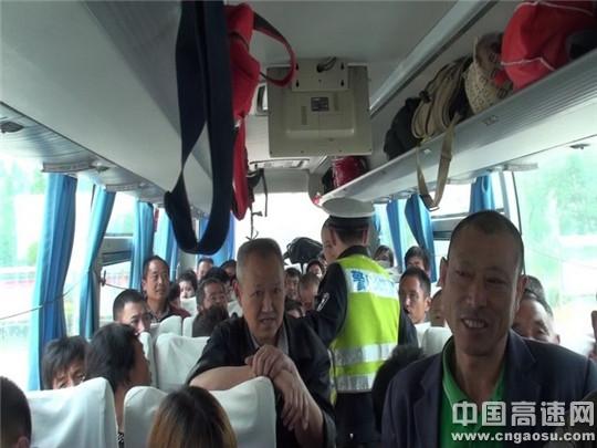 江苏:淮安交警高速一大队查获一起大客车超载20%的违法行为