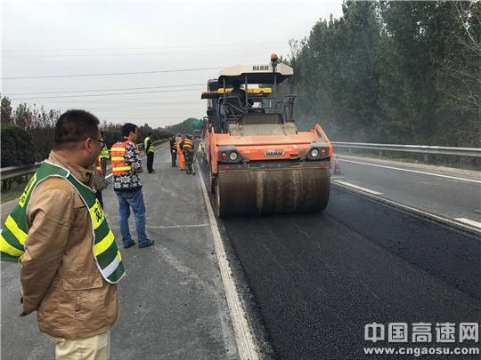 山东:京台高速曲阜段路面专项开展高聚合物改性AC-20试验施工