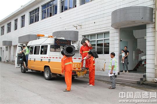 每天清晨,老刘的女儿目送父亲和丈夫奔赴工作路段时总是一言不发,纵有万千牵挂,也不愿让家人担心。