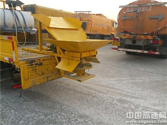 河北高速京衡处任丘南养护工区自主研发的匝道撒布机测试取得圆满成功
