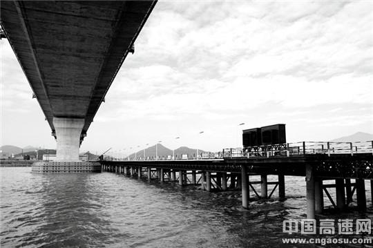 东海第一条跨海铁路金台铁路头门港支线灵江特大桥建设稳步推进