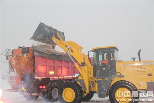 风雪中 传递力量