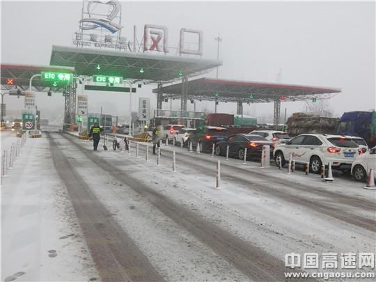 甘肃:西峰高速公路管理所积极应对冬季恶劣天气除雪保畅工作