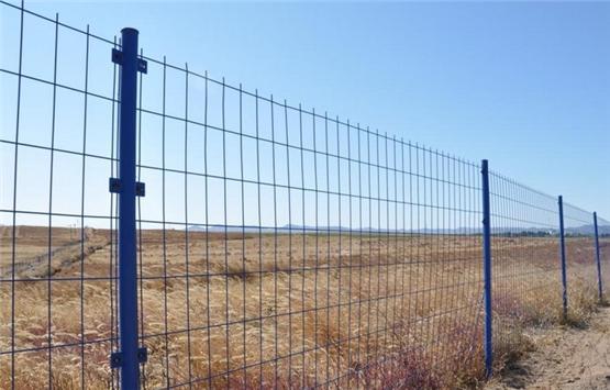 圈地护栏网,又叫圈地围栏网、圈山护栏网、圈山围栏网,是铁丝网围栏的一种;主要用于道路防护、山坡围栏、养殖圈地、市政绿地、园林绿地围栏,铁路封闭网、高速公路封闭网、场区围栏、小区护栏、工矿学校隔离与防护。