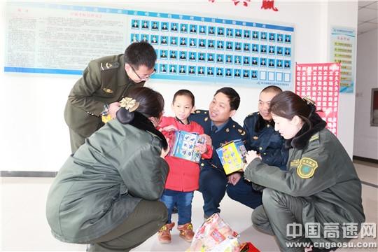 河北高速清东陵收费站搭把手给了孤儿第二个家