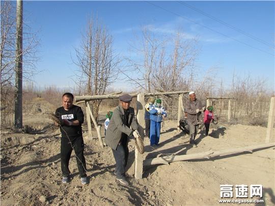 """新疆:哈密公路管理局驻村工作队助力""""春耕"""" 保生产"""