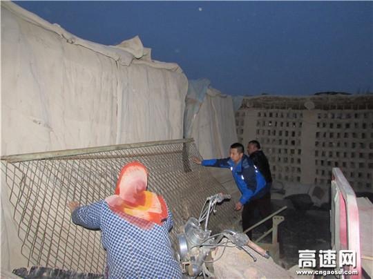 """新疆:哈密公路管理局""""访惠聚""""驻村工作队大风天气为村民整修加固牛棚暖人心"""