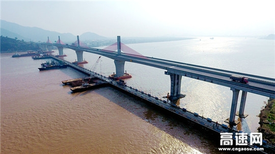 浙江:灵江特大桥施工建设引来百人观摩