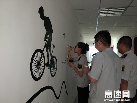 甘肃省白兰高速水阜收费站开展艺术长廊职工剪贴画活动