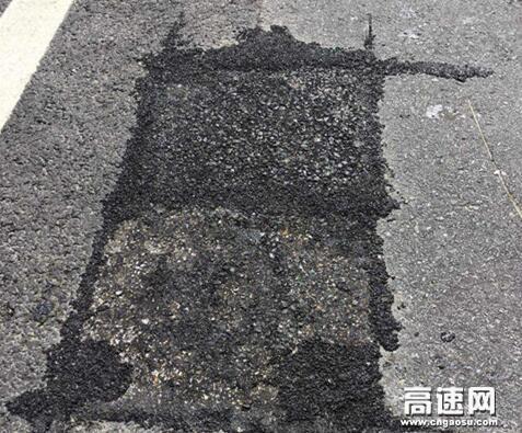 陕西高速集团西略分公司略阳管理所自主研发沥青混凝土预制块修补路面坑槽