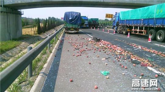 高速路上桃满地 只因紧急刹车惹祸端