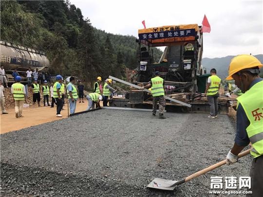 G322国道江西乐宜公路项目首段路面试验段摊铺顺利完成