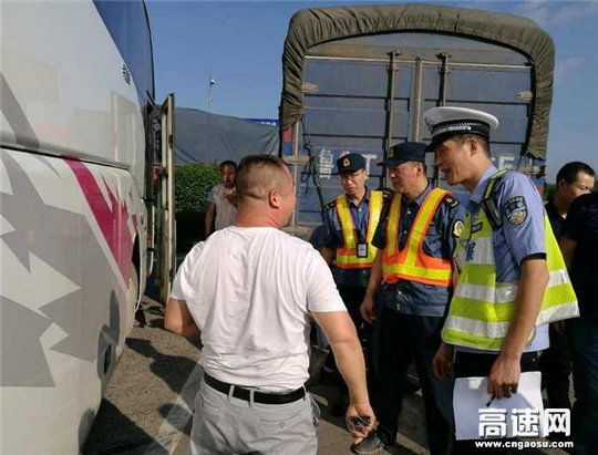 江苏:淮安交警高速一大队联合路政部门开展重点车辆整治统一行动