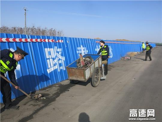 甘肃:西峰高速凤口主线站结合路域环境整治积极开展3.5学雷锋志愿服务活动