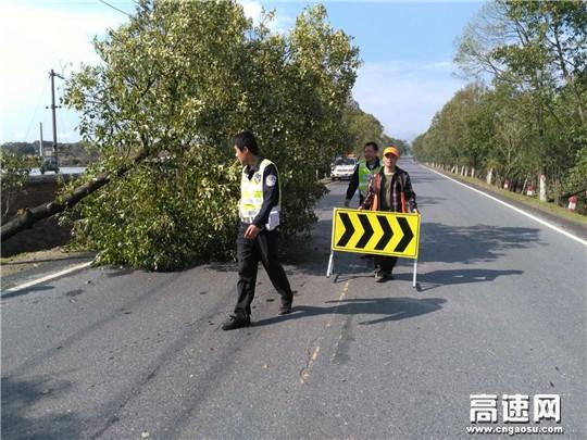 江西:安福暴雨过后紧急抢修
