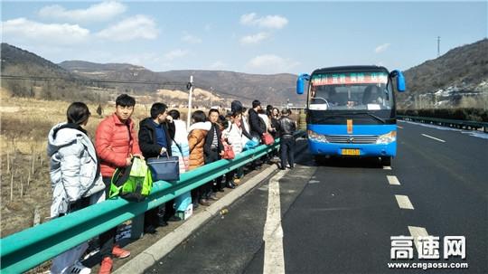 2辆客车故障61人被困 黄陵路政助力平安返程路