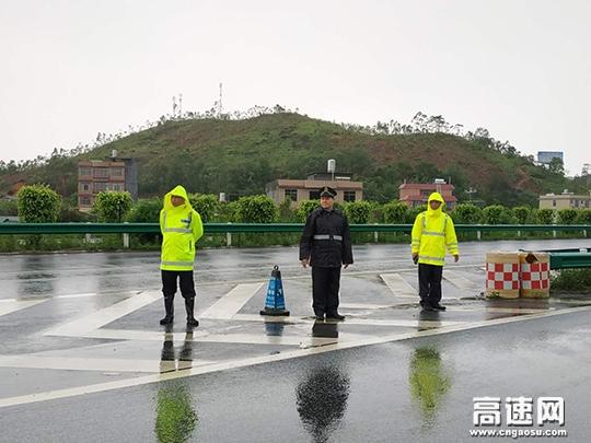 雨天遇山体滑坡,广西玉林高管处博白路政执法大队协助交警分流车辆保畅通