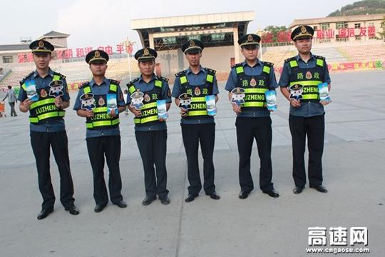 陕西:黄陵路政中队送宣传 送清凉