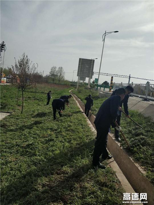 """甘肃:庆城所驿马收费站开展""""责任区域垃圾清扫""""活动"""