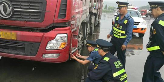 陕西高速集团西延分公司黄陵路政中队冒雨协助兄弟单位查获路产肇事逃逸