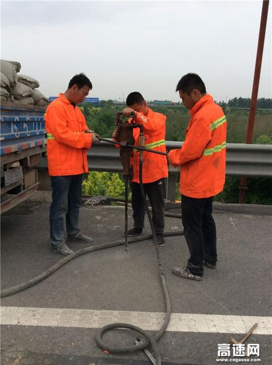 河北:衡大高速铺上养护工区进行桥头搭板处治施工