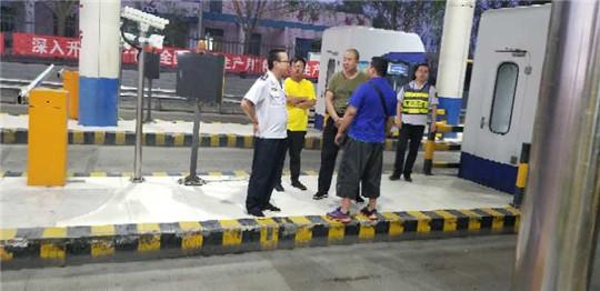 甘肃:白兰高速白银东收费员拒绝司机贿赂