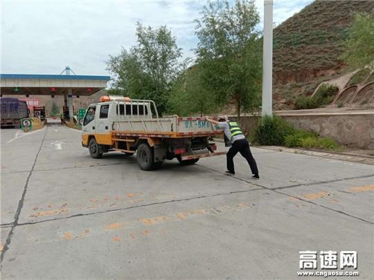 货车下高速突然熄火 收费员头顶烈日助人为乐