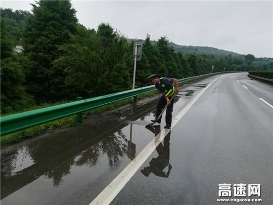 陕西高速黄陵路政中队及时清理路面积水保障道路安全畅通