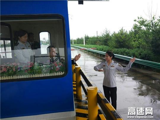 """甘肃:西峰所长官收费站开展""""文明服务再提升 窗口培训塑形象""""活动"""