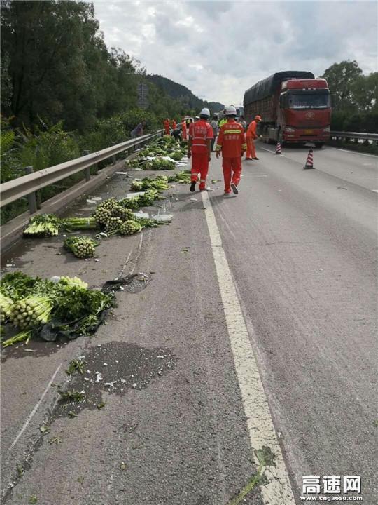甘肃:高速公路平凉清障救援大队紧急施救拉运蔬菜侧翻车辆