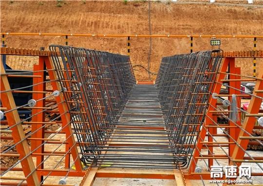 陕西安康机场迁建工程快速干道项目首榀箱梁浇筑完毕