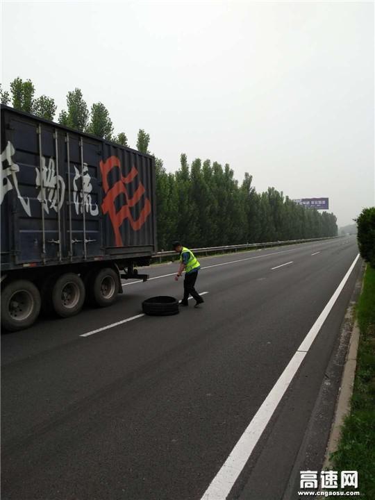 山东高速济宁路管分中心路管人员及时清除路障确保高速公路行车安全