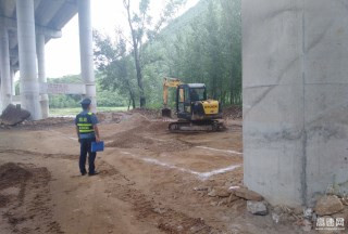 陕西交通集团商界分公司商南路政中队及时制止占用桥下空间违法行为
