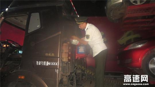 """货车""""开锅""""趴窝收费站路口 收费员及时提供帮助赢得司机好评"""
