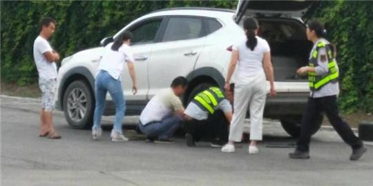 甘肃:西峰所凤口匝道收费站热心帮助司机修车 传递爱心正能量