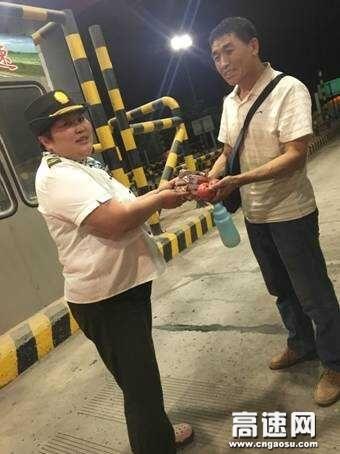 河北沧廊(京沪)高速姚官屯收费站 女子中队志愿者热心帮助深夜被困司机