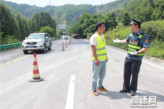 陕西高速黄陵路政中队完成2018年路面养护施工安全保畅