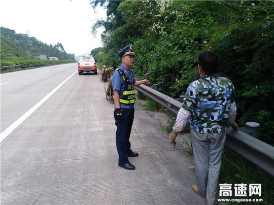 中铁交通岑兴高速玉林路政执法大队制止一起高速公路搬运木材违法行为