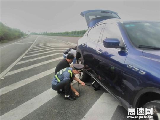 高速路上车胎漏气 路政员排忧解难