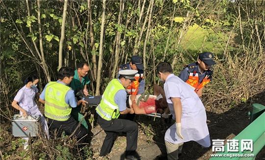 【生死救援】司机为赶路冲出高速护栏 路警快速施救挽回生命