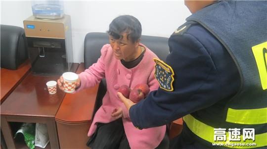 甘肃:宝天高速麦积山隧道管理站救助流浪人