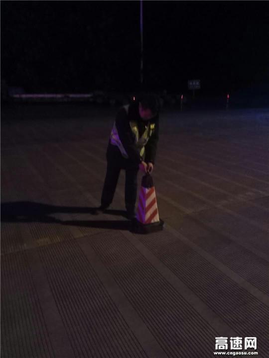 甘肃:宝天高速东岔主线收费站热心帮助司乘排忧解难