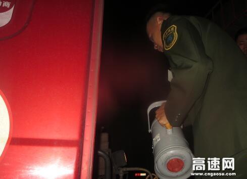 河北沧廊(京沪)高速开发区站热心帮助司机修车排故障传递社会正能量