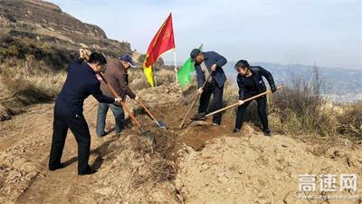 甘肃:泾川所积极参加泾川县秋季义务植树活动