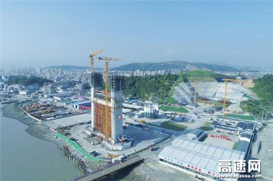 世界首座三塔四跨双层钢桁梁悬索桥北塔施工过半