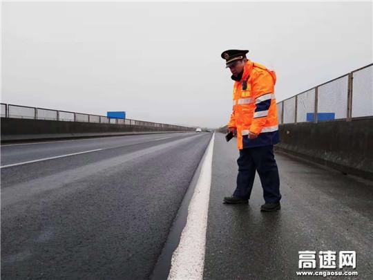 冰雪途中守护平安高路的卫士