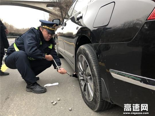 陕西高速黄陵路政热心帮助司乘更换轮胎获称赞